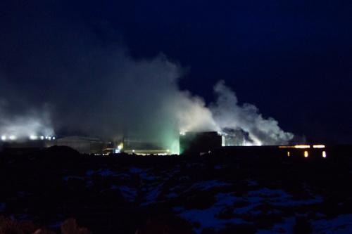 L'usine à coté du Blue Lagoon dans la nuit.